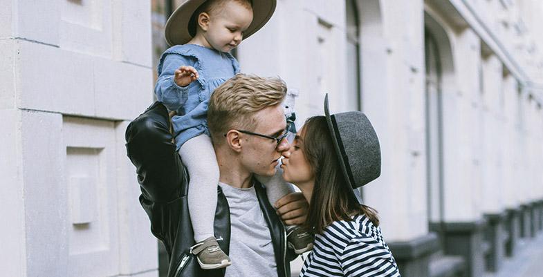 mamá soltera con su hijo y su novio
